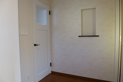 れんが調のアクセントクロスがかわいい玄関ホール