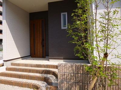 木目×アイアンの雰囲気のある玄関ドア