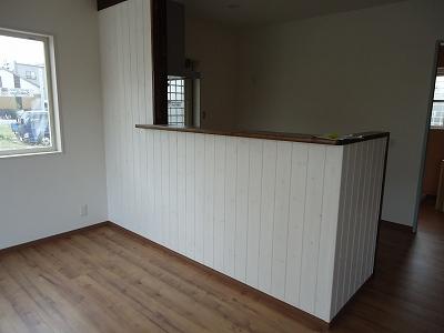 キッチン:キッチンカウンターの壁に、木の板を張ってます