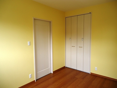 洋室:クローゼットとの色合いバッチリ