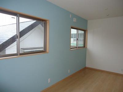 ブルーのアクセントクロスで子供部屋は元気なイメージに!