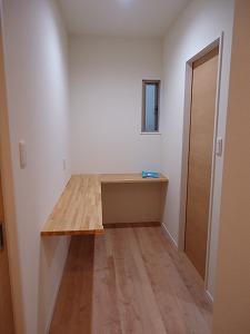 キッチンと横並びにあるカウンターデスク