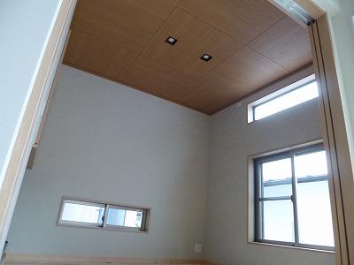 和室は市松模様に配置した木目の天井