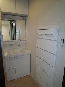 洗面:1階部分、収納棚を壁に埋め込みました