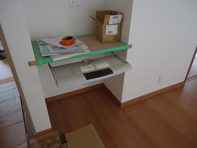 パソコンコーナー:固定カウンターにキーボード用トレイを取り付けました デスクトップのパソコンに便利です