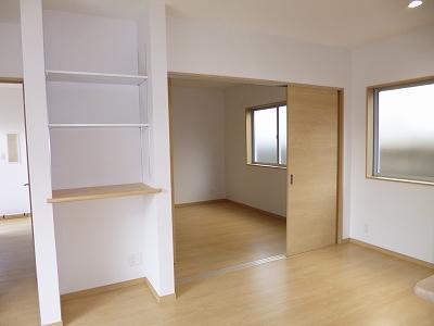 奥の部屋の入口は玄関ホールとリビングからの2WAY