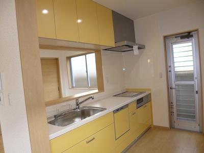 キッチンは黄色でかわいい感じになりました